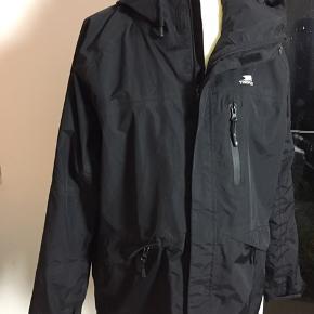 """Virkelig lækker """"Trespass"""" High performance-jakke TP75 mande str. M eller stor kvinde størrelse. Vandtæt, vindtæt, åndbar og tapesømme. Framstår som ny uden pletter, huller eller misfarvninger. L: 78cm Æ: 63cm B: 122cm"""