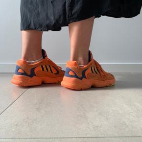 Sælger de fedeste Adidas Young one i Orange. De er brugt få gange men er i super fin stand. Det er en størrelse 39,1/3 og sålen er 24,5 cm.  Skriv hvis du har flere spørgsmål.  Køber betaler fragt eller de kan afhentes i Vejle.