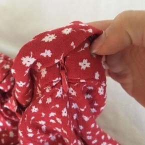 Skorts (nederdel med indbyggede shorts) fra Zara. Har aftageligt bindebånd i taljen og lynlås i siden. Str S, men passes også af en xs
