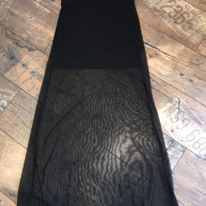 Lang flot nederdel, med en kort nederdel under, hvor den ikke er gennemsigtig