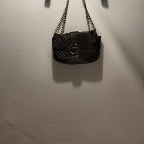fin Gina Tricot taske med 2 rum i kunstigt læder med kæde  ringen foran har nogle ridser  køber betaler fragt