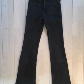 Jeansene er str. W25 L32. De er brugte, og farven er derfor en mere forvasket sort, men ellers er de i fin stand.