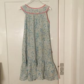 Vintage kjole. Der mangler en enkel gennemsigtig knap, ellers fejler den intet.