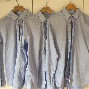 3 styk rigtig flotte Eton skjorter. Deres klassiske skjorte i super lækker twill kvalitet der bare holder, er ikke vasket mange gange og fremstår rigtig flot.   Ingen skjorte er strygefri, men man kommer ikke tættere på her, den holder sig flot dagen igennem uden krøller.  Modellen er super slim fit, som sidder helt perfekt på en slank str. 40, eller en der kan lide den mere tight.   Får dem desværre ikke brugt nok, sælges til 450,- stykket, eller vi kan lave en god pris på alle tre. Jeg har også 5 styk til salg i hvid.