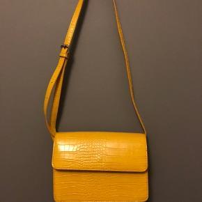 Gul taske fra pieces, med slangeskindsprint. Ingen tegn på slid. Mål på tasken: 22 x 14 x 2 cm  Røgfrit hjem🚭