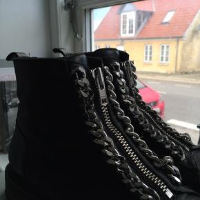 Sælger mine Billi bi støvler da de er lidt for store.   Np: 1600kr Mp: Sælger kun hvis det rette bud kommer:)