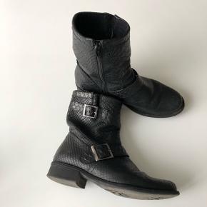 Støvler fra Bianco, brugte men i rigtig flot stand. Jeg har passet godt på dem og løbende givet med skopleje. Nypris var 1299 kr.Jeg sender gerne, 45 kr. med dao :-)