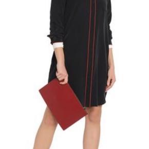 Lang skjortekjole i sort og røde detaljer i 100% silke. Brugt 3-4 gange. Nypris var omkring 1900 kr.