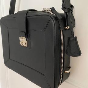 Super lækker taske i en god mellemstørrelse med fine detaljer og rum.   Målene er 40x20cm.   Sælges da jeg ikke får den brugt.