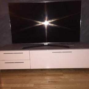 Hvid og grå tv bord. Fejler ingenting