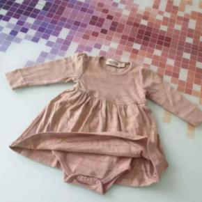 En Marmar kjole med indbygge bodystock brugt 2 gang fejler intet. Str 68. 4 til 6 mrd. Jeg tage gerne i mod bud. Jeg sender men kun hvis i betaler for fragt.