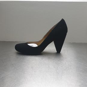 Fine, sorte ruskindspumps i US størrelse 9. Hælhøjde 8 cm. Nypris 400 kr.