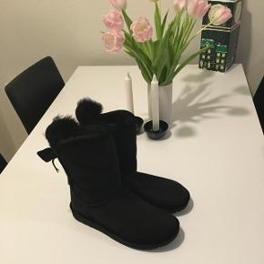 """Fine lammeskind støvler, som aldrig er brugt. Der er stadig mærke på, som indikerer at det er ægte lammeskind. De kan """"smøjes"""" ned så støvlen bliver kortere i skaftet."""