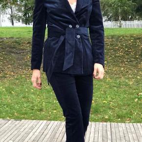Blazer jakke fra Munthe i mørkeblå fløjl. Helt ny - aldrig brugt!  Modellen hedder 'VELTURE' og nyprisen er 2.600 kr.