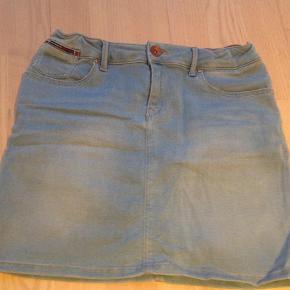 Varetype: Nederdel Størrelse: 176 Farve: Lys denim  Brugt 2 gange.  Med stretch og elastikregulering i taljen.