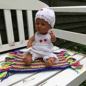 Sommersæt med fine detaljer til Babyborn.  99,- kr for det hele også tæppe/badelagen  Tøjet er i 100% bomuld. Tæppet er acryl (måler ca. 31 x 22 cm)