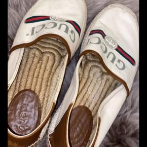 Hej alle, sælger disse super fede Gucci sko.  Jeg håber nogen af jer kan få glæde af dem.  De er købt for 2 år siden, kvittering skal lige findes frem!  - Sælger dem for min kusine, men i skal selvfølgelig kontakte mig :)   Brugt maximum 5 gange!!! I er selvfølgelig altid velkomne til at prøve dem på, eller se dem.
