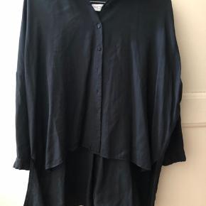 Flotteste skjorte fra Hofmann copenhagen! Modellen er lang på bagsiden og kortere foran💘 Skriv for flere billeder eller spørgsmål!🤩