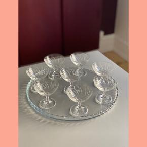8 smukke vintage likørglas // H: 7,5 x Ø: 7,5 cm // ingen skår // samlet pris 350 kr