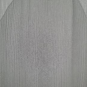 Skøn Calvin Klein bluse i polyester.  Den er IKKE gennemsigtig, der er 2 lag stof. Har plisse foran. Brugt 2 gange og uden brugsspor.