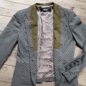 Vintage jakke med blonde på kraven. Den har kostet 1500,- Den måler 90 om brystet, 80 i taljen, er 58 lang og ærmerne måler 63. Farve: grå / olivengrøn