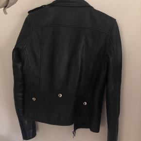 Sælger denne virkelig smukke læder jakke fra munderingskompagniet. Den er brugt en smule, men er meget velholdt. Skriv for mere info. :-)