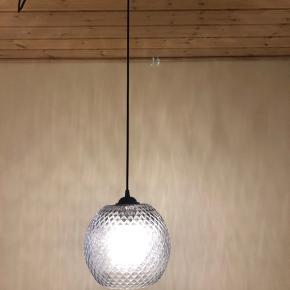 Hængt i køkkenet i et år, fra halo design - farven smoke. Ingen brugstegn :-)