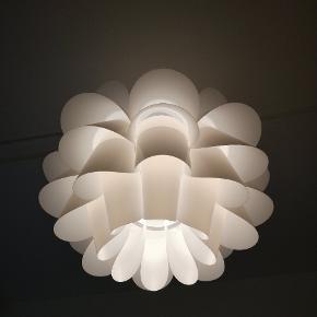 Loftlampe, hvid A++ Maks.: 60 W Højde: 36 cm Diameter: 46 cm  OBS. kan kun hentes d. 27-29 agust
