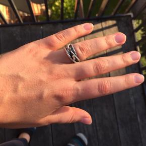 Sælger denne fine ring fra Pandora i str. 54, da jeg ikke selv får den brugt.  Det er oxideret sølv med 3 guldpåsætninger med brillanter.   Nypris: 1399kr, nu; 600kr  Ringen kan afhentes i Gentofte eller KBH