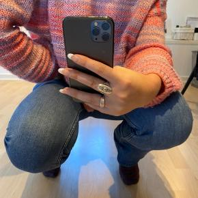 Sælger disse mini flare High waisted jeans fra h&m. De er super lækre at have på, og da der er elestan i, sætter de sig efter alle slags kropsformer.  Jeg er 175 cm høj, og de er lidt for korte til mig - derfor leder jeg efter en lidt lavere pige som kunne få fornøjelsen af disse bukser 😄