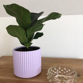 Instans sat urtepotteskjuler i pastel lilla farve. Super fin med en grøn plante i.