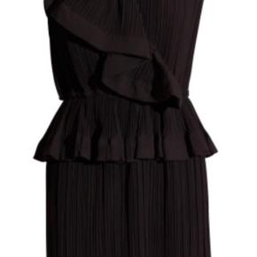 Sælger min smukke Designers Remix kjole da den ikke bliver brugt længere.   Der er ingen tegn på slid og fremstår som ny. Kjolen er en str. 36 men passes også af en str. 34