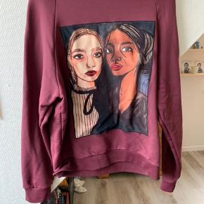 Sweatshirt i str. XL ( lille i størrelse )  Har været brugt meget få gange
