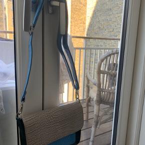 Super fed taske i flotte farver fra Hvisk! Tasken har få pletter indvendigt, og harddisken har enkelte ridser. Udvendigt er der ingen synlige slidmærker.  Bytter ikke 🍂