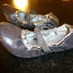 Flotteste ballerinaer helt i sølv, dækket af pailletter og med rhinstene på elastikken over vristen. Bare så flotte uden at være prangende.  Oprindelig købspris: 699 kr.  Bud fra 200 kr inkl. Bytter ikke.  KH ML :-)