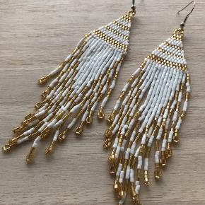Smukke boheme øreringe fra Bali. Matchende halskæde på seperat annonce (160 kr., aldrig brugt, stadig med hangtag). Perfekte til #nytår 🍀