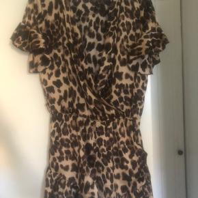 Lækkert sæt buksedragt og blazer i leopard lækkert let stof brugt 2 gange str Large