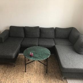 5 år gammel sofa. Er lidt fnuldret i stoffet, men har ingen huller eller lignende.