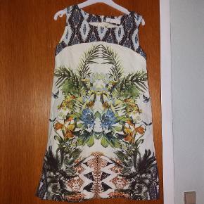 Virkelig smuk kjole. Kun brugt til fest et par gange.
