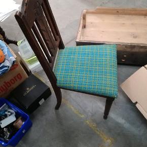 4 stole med flot mønster, skal nok ompolstres. Nogle er mere slidt end andre. 1 I lysere træ. Matchende bord. Godt og solidt med flotte detaljer. Befinder sig i et lagerrum i Skælskør men kan godt bringes enten til Næstved eller København