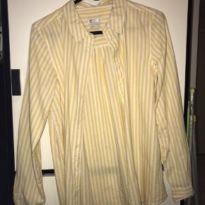 Sælger denne gule skjorte. Den er som ny, aldrig brugt og er en str S, men kan sagtens bruges af en str M.