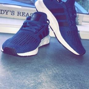 Super fede Adidas sko, købt for små til min søn, han har haft dem på en dag og blev derefter lagt tilbage i kassen. Jeg har kvittering og kassen endnu. Ny pris var 430kr