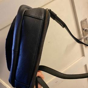 Fin lille taske i Skind  Aldrig brugt  Tasken måler:  Længde: 24 cm  Højde: 16 cm Dyb: 7 cm