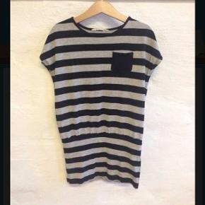 Super Lækker lang t-shirtSælges billigt da der er kommet et hul på indersiden bag på - ses ikke når den er på