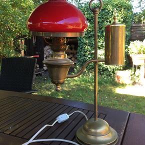 Smukke gammel messing petroleums lampe omdannet til el lampe. Giver en utrolig hyggelig belysning.