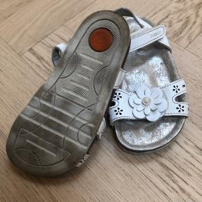Sandaler super fine sommer sandaler kun brugt nogle få gange. Str. 24.