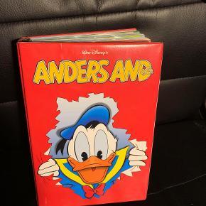 Hej! Jeg sælger denne Anders And bladsamling, som er i rigtig god stand, og faktisk intet slid på den! I samlingen er det blad 23-48 fra 2012. Jeg sælger den til 80kr. Hvis du har nogle spørgsmål til samlingen så spørg løs!