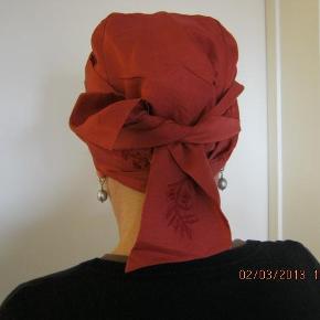 """Ubrugt silketørklæde med """"fyld"""" til en periode uden hår. Købt hos frida Davidsen eftf. i KBH , nypris 598 kr se foto  Har også en ubrugt paryk med tilbehør til salg  Silketørklæde med """"fyld"""" Farve: koralrød Oprindelig købspris: 598 kr."""