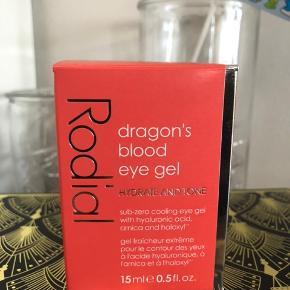 Ny og uåben. Fullsize  Vejl pris 475,-  BESKRIVELSE Rodial Dragon's Blood Eye Gel er en kølende og forfriskende gele til øjnene, den tilfører fugt til posede og trætte øjne. Med Rosevand, Arnica og Dragons Blood fornys og forstærkes huden omkring øjnene, samtidig reduceres de fine linjer og rynkerne. Denne gele giver øjeblikkeligt friske og vågne øjne.  Fordele:  Køler og forfrisker Fugtgivende Forstærker den sarte hud Reducerer rynker Anvendelse:  Dup produktet omkring øjnene Anvendes 2 gange dagligt eller så ofte man føler det nødvendigt.