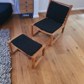 Lænestol/hvilestol med fodskammel, er i egetræ, hynder følger med.  Siddet I meget få gange,